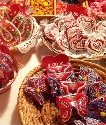 Beautiful baskets of decorative gingerbread in many styles.